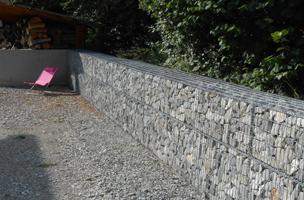 grand muret de séparation en gabion